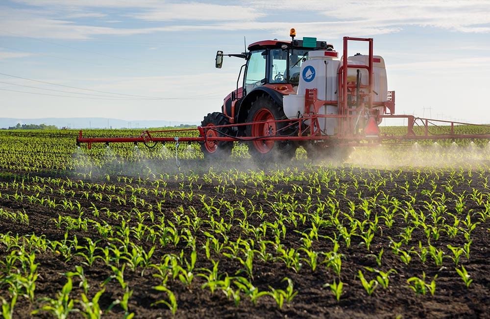 Šķidrais mēslojums CrossChem KAS32 tiek izsmidzināts no traktora