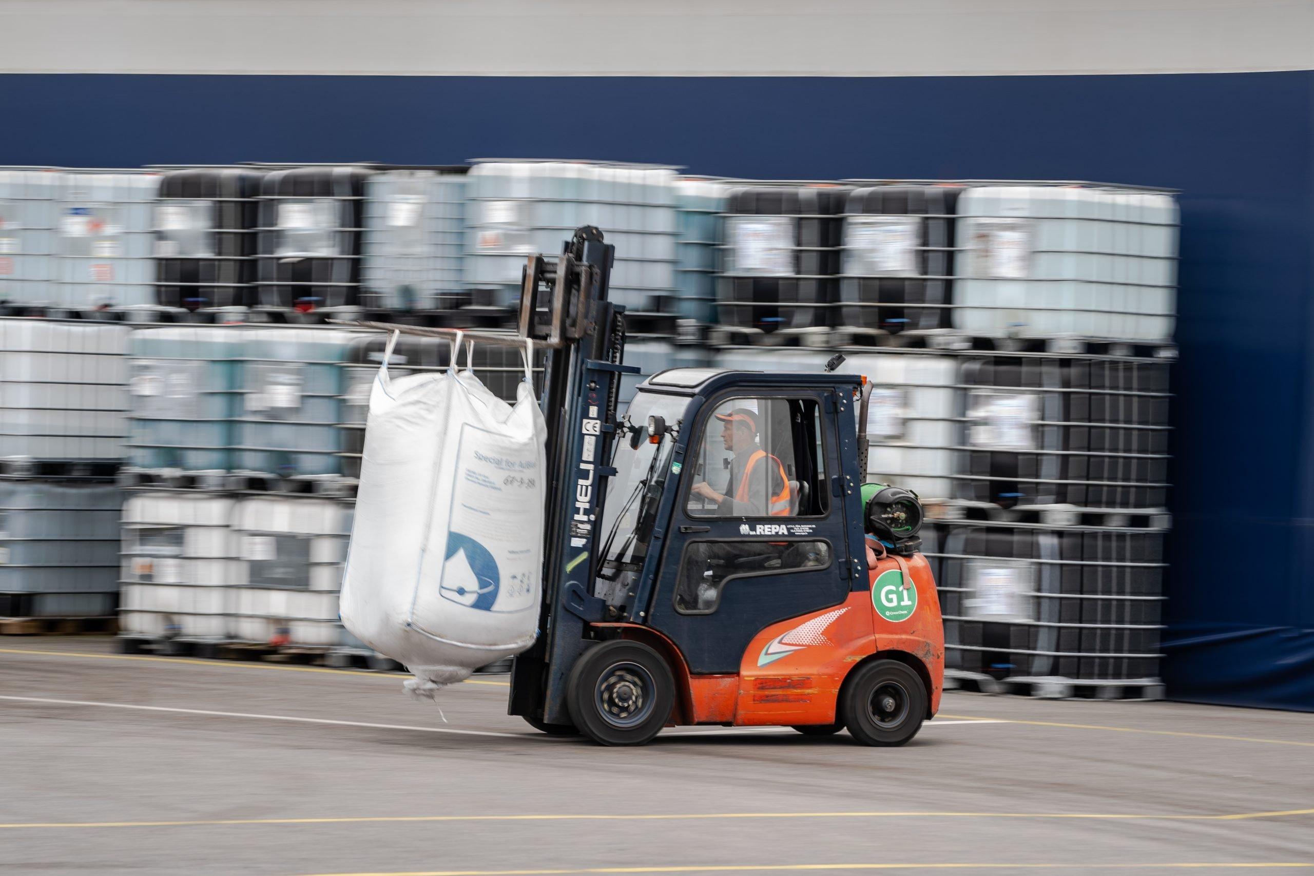 Pacēlājs ved Urea maisu CrossChem AdBlue ražotnes teritorijā Olainē